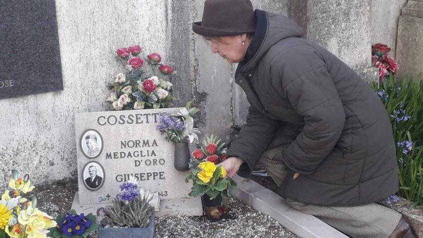 Foto diLoredana Cosetto sulla tomba della cugina
