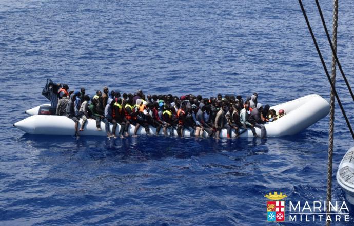 Foto che ritrae gli immigrati durante il salvataggio in mare