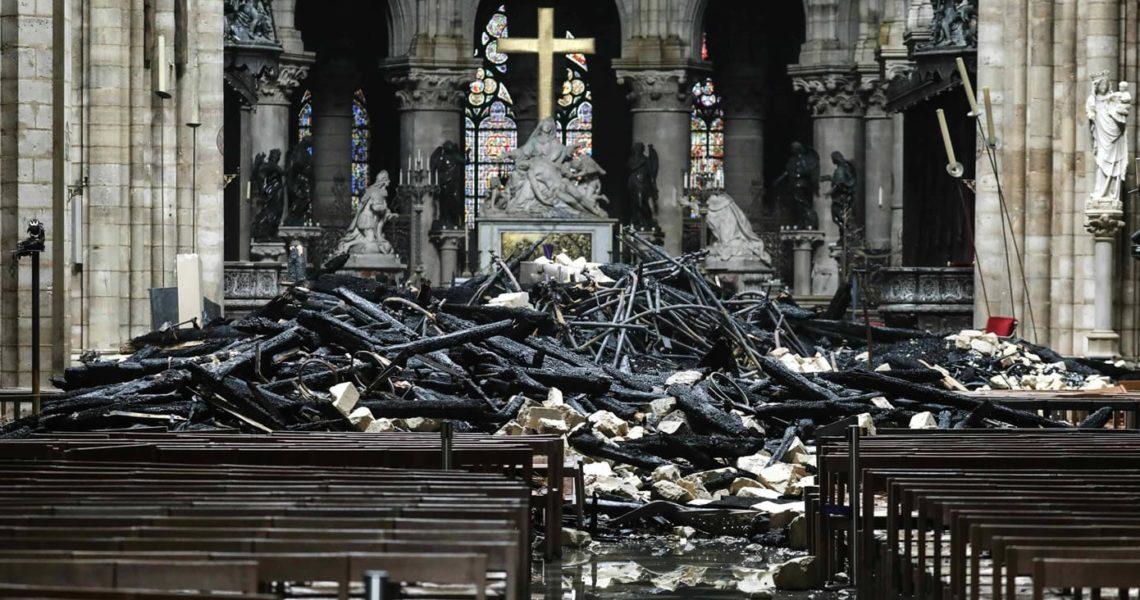Foto che raffigura il crocefisso di Notre Dame in mezzo alle macerie