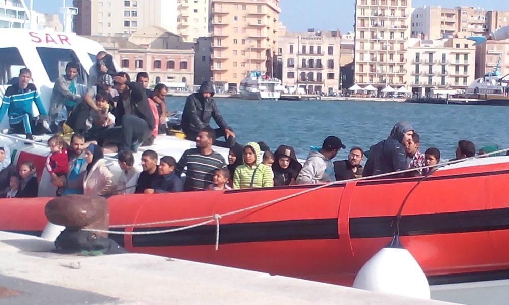 Foto che ritrae uno sbarco di migranti