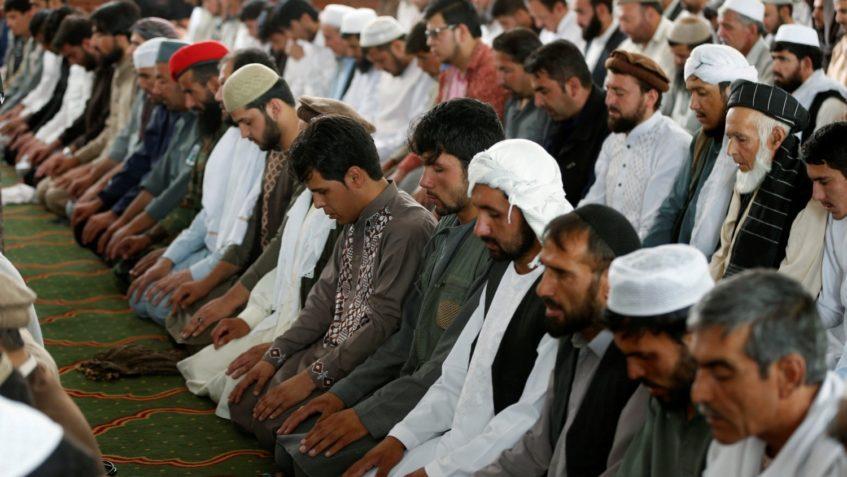 Foto raffigurante musulmani che pregano
