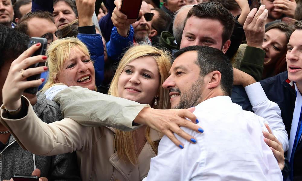 Salvini in mezzo alla folla